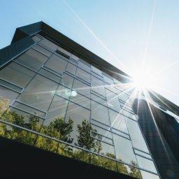 Cette image montre un building optimisé par la solution AVOB et qui est bien plus green !